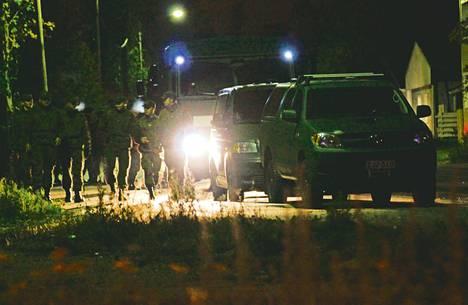 Varusmiesten virka-apuosasto tuli myöhään illalla Rovaniemeltä eristämään räjähdysaluetta.