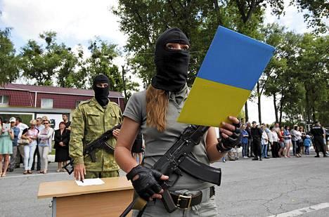 Paikallisten itsepuolustusjoukkojen jäsen liittyi Ukrainan kansalliskaartiin Kiovan lähistöllä maanantaina.