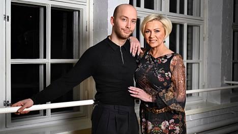 Helena Ahti-Hallberg, 53, ja hänen poikansa Emil Hallberg, 25, ovat kumpikin sipoolaisia tanssijoita ja tanssinopettajia.