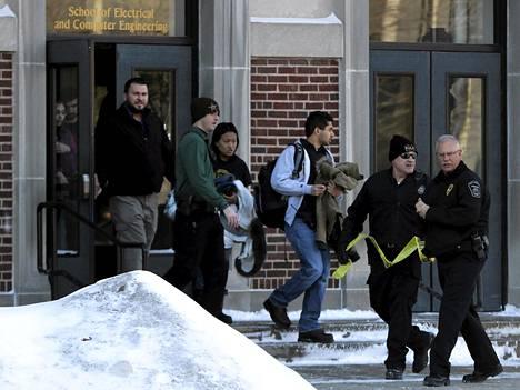 Opiskelijat poistuivat Purduen yliopiston sähköinsinööritekniikan rakennuksesta tiistaina.