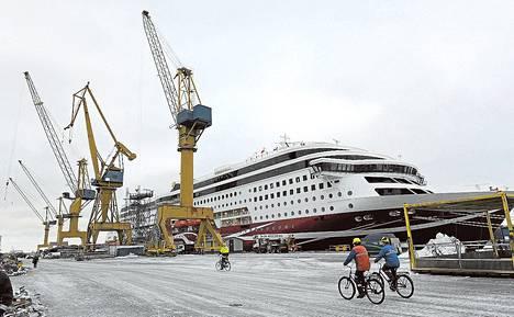 STX:n Turun telakka luovutti torstaina Grace-aluksen Viking Line –varustamolle. Telakan tulevaisuus on kuitenkin vaakalaudalla.