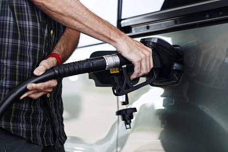 Polttoaineiden hinnoittelu voi mennä uusiksi, kun liikenteen päästöjä leikataan.