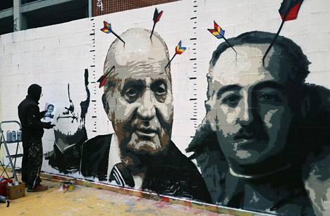Katalonialainen taiteilija Blackblock maalasi graffitiinsa kuningas Felipen kuvaa edellisen kuninkaan Juan Carlosin ja edesmenneen diktaattorin Francisco Francon rinnalle. Päissä törröttävien nuolten sulissa on tasavaltalaisuutta ja anarkismia kuvaavat värit.
