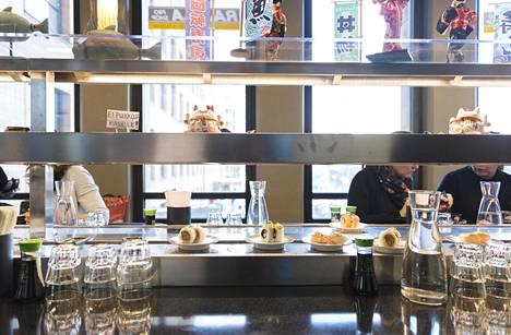 Sushijuna kulkee Mashirossa kahdessa tasossa: alhaalla sushit ja muut suolaiset, ylhäällä jälkiruuat.