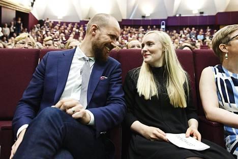 Varapuheenjohtajaksi valittu Maria Ohisalo puheenjohtaja Touko Aallon vieressä.