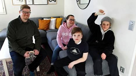 Otso (toinen vasemmalta) ja Ukko (vasemmalla) Lahtinen toipuvat kotonaan Kangasalla laskettelutapaturmistaan. Kuvassa myös Toni Lahtinen ja Jonna Oksala-Lahtinen.