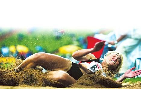 Heike Drechsler hyppäsi kahdesti pituuden maailmanennätyksen.