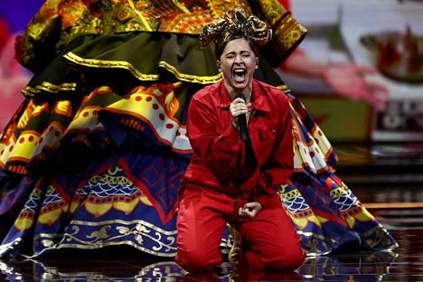 Venäjän Maniža esitti venäläisistä naisista kertovaa kappalettaan Euroviisujen finaalissa.