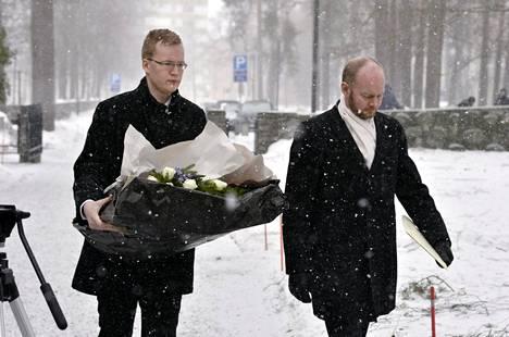 Eurooppa-, kulttuuri- ja urheiluministeri Sampo Terho (oik.) saapui mäkihyppylegenda Matti Nykäsen siunaustilaisuuteen Jyväskylän vanhan hautausmaan kappelille.