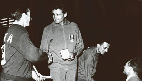 Ei ole Michel Jazyn voittanutta hänen erikoismatkallaan 1500 metrillä tänä vuonna Euroopassa. Kuvassa Jazy palkintonsa saaneena, vas. Baran ja oik. Salinger.