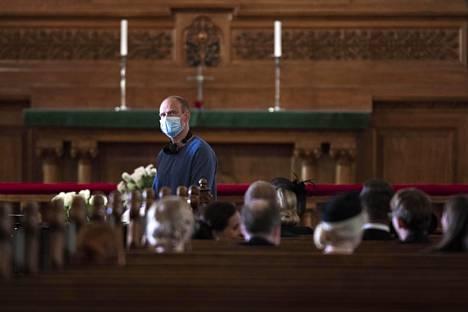 Ohjaaja Teppo Airaksinen huolehtii hautajaiskohtauksen etenemisestä Pohjolan laki -sarjan kuvauksissa Helsingin Johanneksenkirkossa.