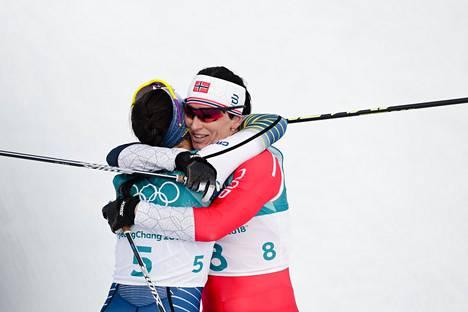 Ruotsin Charlotte Kalla (vas.) voitti helmikuusa olympiakultaa yhdistelmähiihdossa ennen Norjan Marit Bjørgenia.