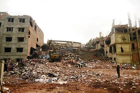 Romahtaneen vaatetehtaan raunioita on raivattu Bangladeshissa jo yli viikko.