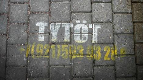 Viipurissa seksipalvelujen katumainonta on suunnattu suomalaisille. Suomenkielisiä mainoksia on maalattu vanhan kaupungin asfalttiin.