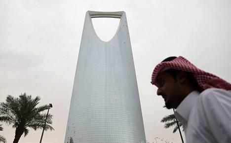 Saudimies käveli Riadin keskustassa Kingdom Center -tornin ohi 2016.