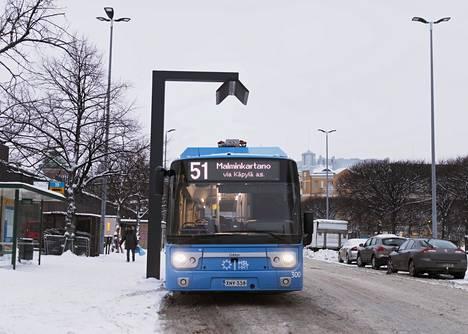 Helsinki saa viime vuonna 30 sähköbussia. Bussi numero 51 päätepysäkillään Hakaniemen torikadulla.