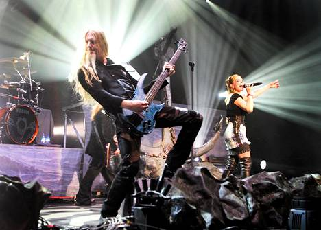 Nightwishin Marco Hietala ja laulaja Anette Olzon.