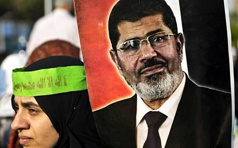 Muslimiveljeskunnan mukaan Muhammed Mursia on pidetty torstain vastaisena yönä arestissa armeijan tiloissa.