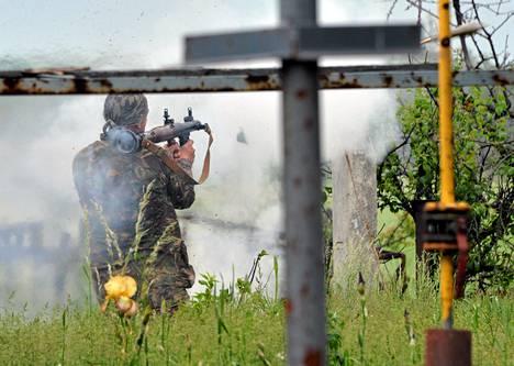 Ukrainalaissotilas taisteli lauantaina kapinallisia vastaan lähellä Donetskia.