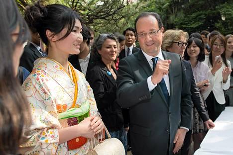 Ranskan presidentti Francois Hollande tapasi opiskelijoita Ranska- instituutissa Tokiossa lauantaina.