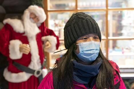 Hengityssuojaimella varustautunut hongkongilaismatkailija vieraili Juoulupukin pajassa Rovaniemellä tammikuun lopulla.