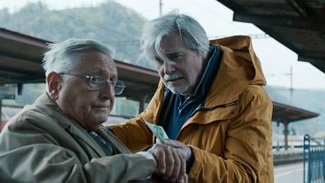 Georgin (Peter Simonischek, oik.) natsi-isä oli vastuussa Alin (Jiří Menzel) vanhempien tappamisesta. Ikämiehet lähtevät yhdessä matkalle Slovakiaan.