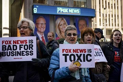 Mielenosoittajia Fox Newsin omistavan News Corporationin pääkonttorin edessä New Yorkissa maaliskuussa 2019.