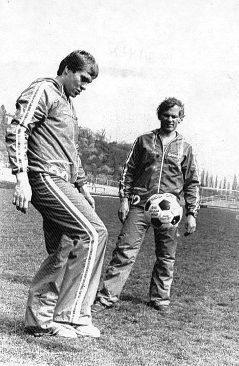 Hagman ja Esa Peltonen rentoutuvat ennen Kanadan kohtaamista Prahassa 1978.