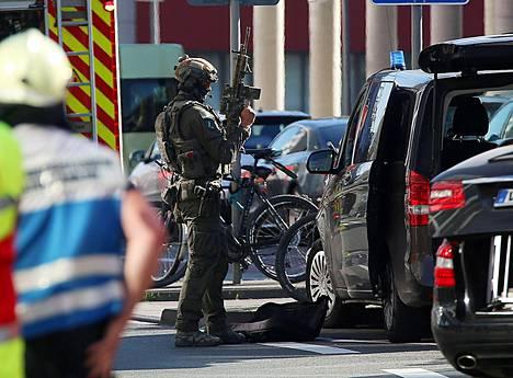 Poliisin erikoisjoukot osallistuivat operaatioon Kölnin rautatieasemalla.