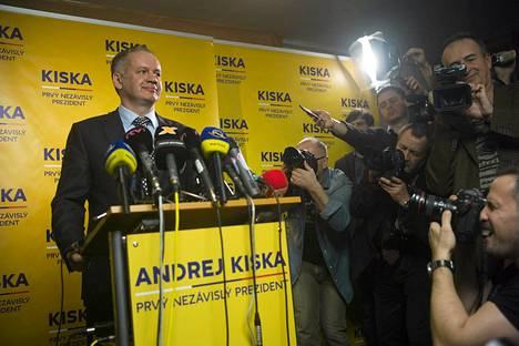 Andrej Kiska poseerasi lehdistölle Bratislavassa lauantaina.