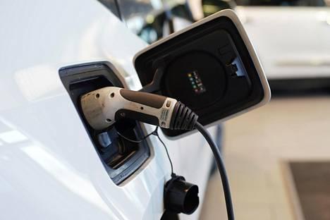Sähköautojen korkeat hinnat ovat pitäneet sähköllä ajamisen kokonaiskustannukset korkeina. Uudella laskurilla voi vertailla eri voimanlähteiden kokonaispäästöjä ja kustannuksia.