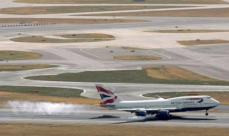 British Airwaysin Boeing B747-400 -kone laskeutumassa Heathrown lentokentälle Lontoossa. Kuva vuodelta 2006.