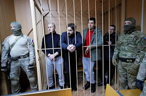 Neljä ukrainalaista sotilasta odotti häkissä oikeudenkäynnin alkua moskovalaisessa oikeusistuimessa tiistaina. Vangitsemisen jatkamisesta päätettiin aina neljä sotilasta kerrallaan.