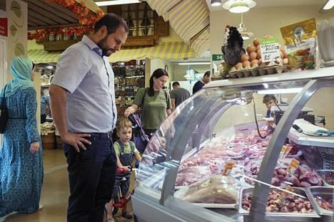 Juri Drogaitsev (vas.) ja hänen vaimonsa Ludmila Drogaitseva ostavat suurimman osan ruoastaan kauppahallista. Ostoksilla ovat mukana lapset Aleksei, 3, ja Olga, 1.