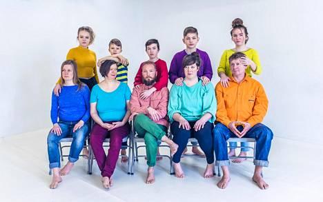 Esitystaideryhmä Oblivian ystävällinen henki on tärkeä osa Lapset ja muut radikaalit -esityksen näyttävyyttä.