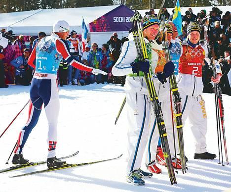 Norjan ankkuri Petter Northug jäi sivuosaan, kun Ruotsin Daniel Richardsson, Johan Olsson, Marcus Hellner ja Lars Nelson juhlivat miesten viestin olympiakultaa.