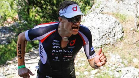 Mikko Ovaska juoksi mäkeä ylös Xterra Scannon maastotriathlonkisassa Italiassa heinäkuussa tänä vuonna.