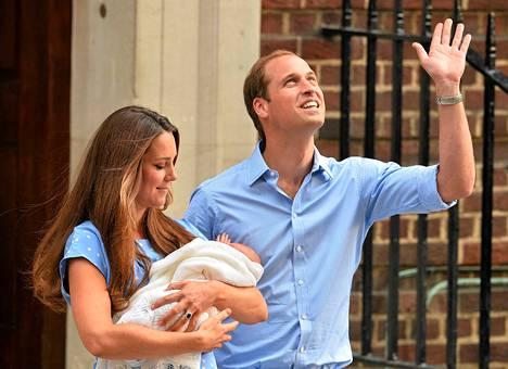 Prinssi William ja herttuatar Catherine esittelivät pienen poikansa heinäkuun 23. päivä.