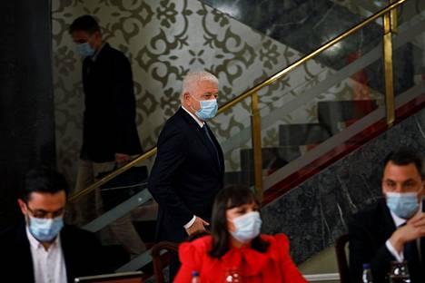 Montenegron pääministeri Duško Marković piti kasvosuojaa ilmoittaessaan Montenegron olevan ensimmäinen koronaviruksesta täysin puhdistunut maa Euroopassa.