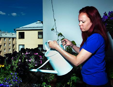 """Riitta Säteri on täyttänyt Sörnäisissä sijaitsevan asuntonsa parvekkeen syötävillä kasveilla ja kukilla. """"Joskus toivon, että voisin vetää puutarhaletkun kylpyhuoneesta parvekkeelle."""""""