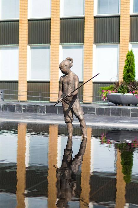 Kalatyttö kesällä. Taustalla on Vantaan kaupungintalo.