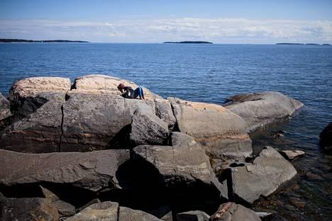 Katja Saastamoinen on tullut rauhoittumaan Skatanniemen kallioille.