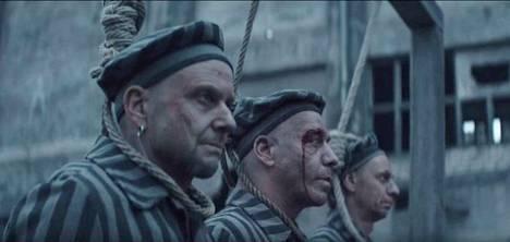 Pysäytyskuva keskitysleirikikohtauksesta Rammsteinin Deutschland-musiikkivideolta.