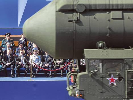 Venäjän presidentti Vladimir Putin (vas.) ja pääministeri Dmitri Medvedev (2. vas.) olivat seuraamassa Voitonpäivän paraatia Moskovassa toukokuussa. Etualalla mannertenvälinen Topol-ohjus.