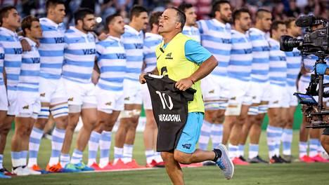Diego Maradonan nimellä ja numerolla varustettu Uuden-Seelannin rugbymaajoukkueen pelipaita nähtiin kentällä rugbymaaottelussa.