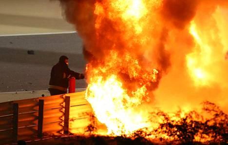 Romain Grosjeanin auto syttyi räjähdysmäisesti palamaan.