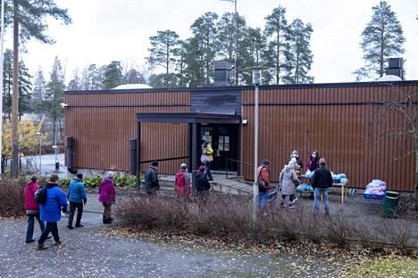 Malmin seurakunta jakoi ruoka-apua Jakomäen kirkolla Helsingissä 4. marraskuuta. Diakonien mukaan ruoka-avun tarvetta on koronaviruksen seurauksena ollut aiempaa enemmän.