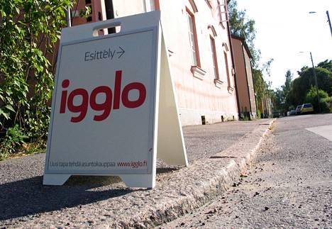 Kiinteistönvälittäjä Igglon asuntoesittely Helsingin Kumpulassa elokuussa 2006.