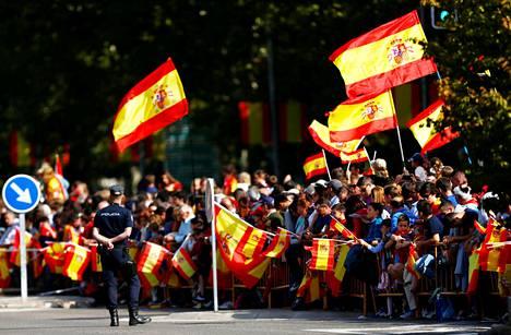 Yleisön hulmutti Espanjan kansallispäivänä lippuja poliisien vartioidessa tapahtumaa Madridissa.