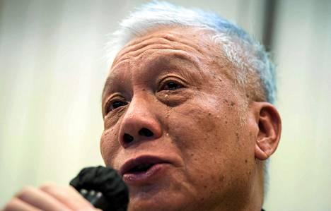 Demokratialiikkeen perustajakolmikkoon kuuluva pappi Chu Yiu-ming kehotti itkien mielenosoittajia vetäytymään.
